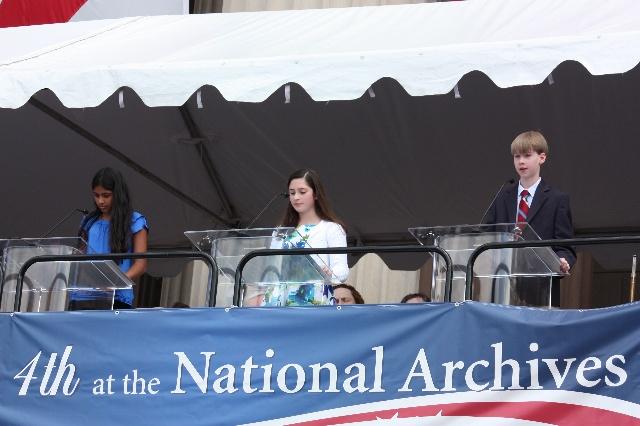 此举凸显了美国国庆活动的教育意义.据介绍,这三位中学生代表均
