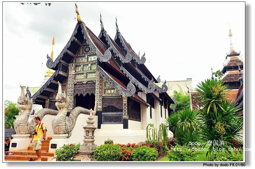 泰王明莱(Phaya Mengrai)王原为湄公河畔Ngoen Yang(今清盛,Chiang Saen)公国国君,z征服Hariphunchai的孟王国(今南奔,Lamphun)之后,于1296年下令修建清迈城。直到今天,在清迈Th Kamphaeng Din路旁,还能够看到当时修建的土制城墙。之后,在14世纪和15世纪,清迈与素可泰联合,成了一个更大的兰纳王国,清迈成了当时幅员广阔的兰纳王国的宗教和文化中心,1477年在清迈召开的第八届世界小乘佛教大会将清迈的兰纳文化带到了全盛时期。1556年,缅甸人