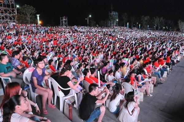 热情的观众早已经等候在现场,观众很多。