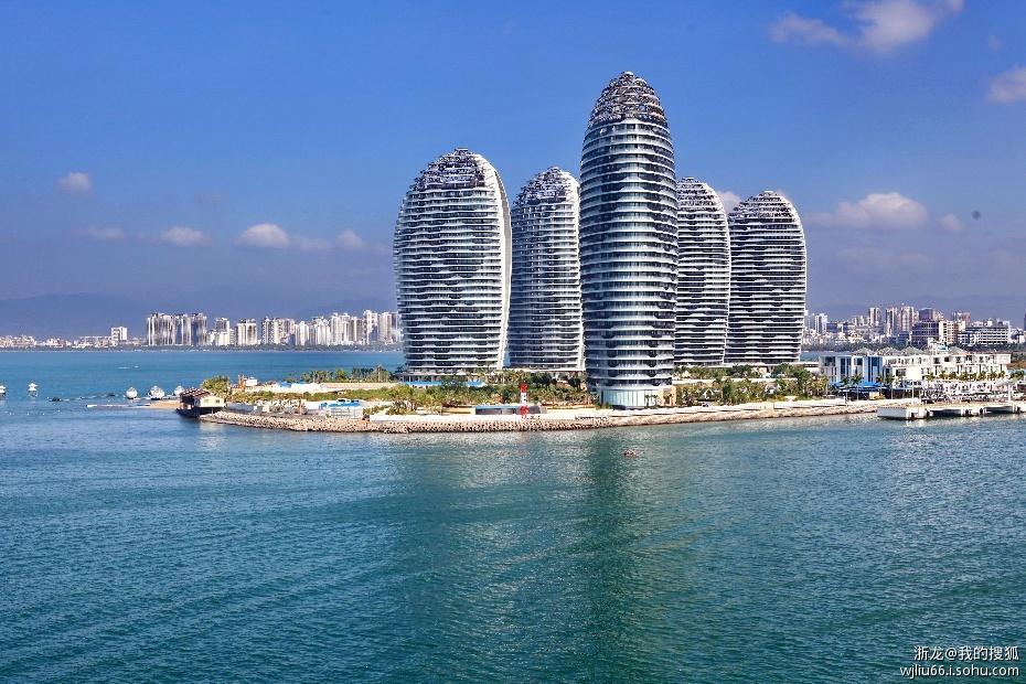 """三亚凤凰岛位于三亚市三亚湾度假区""""阳光海岸""""的核心"""