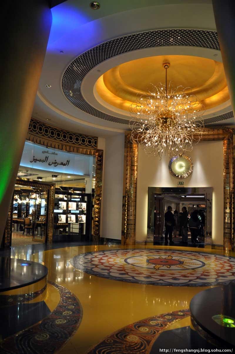帆船酒店最初的创意是由阿联酋国防部长、迪拜王储阿勒马克图姆提出的,他梦想给迪拜一个悉尼歌剧院,艾菲尔铁塔式的地标。经过全世界上百名设计师的奇思妙想,加上迪拜人巨大的钱口袋和5年的时间,终于缔造出一个梦幻般的建筑——将浓烈的伊斯兰风格和极尽奢华的装饰与高科技的工艺、建材完美结合,建筑本身获奖无数。