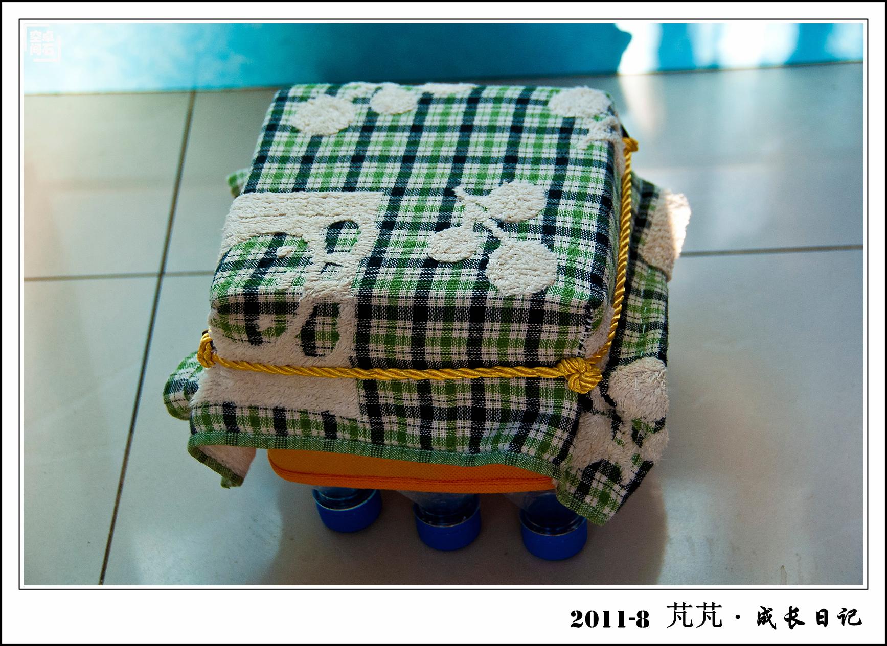 幼儿园要求做工手工艺品,全家动手做了个小板凳,用9个小矿泉水瓶搭的图片