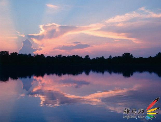 落日 在最热门拍摄题材排行榜上,正在落山的夕阳绝对是高高在上的。接下来将介绍的这些技巧会告诉你,如何能让你的夕阳照片在大量平庸的照片中脱颖而出。  避免使用自动功能 在自动功能设定中,相机在太阳落山时会倾向于让照片过曝,因此拍摄题材会显得很亮。较好的办法是使用手动模式拍摄照片。你要把光圈设置在F5.