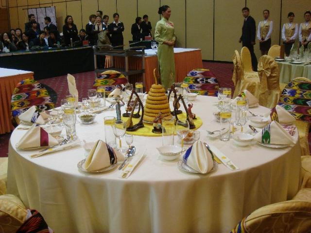 充满创意的中西餐宴会摆台图片