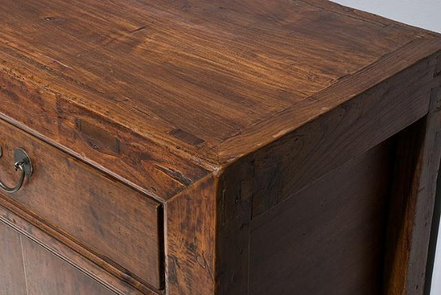 山西的木柜,破旧的外观,传统的手绘 都令这个柜子充满了中国
