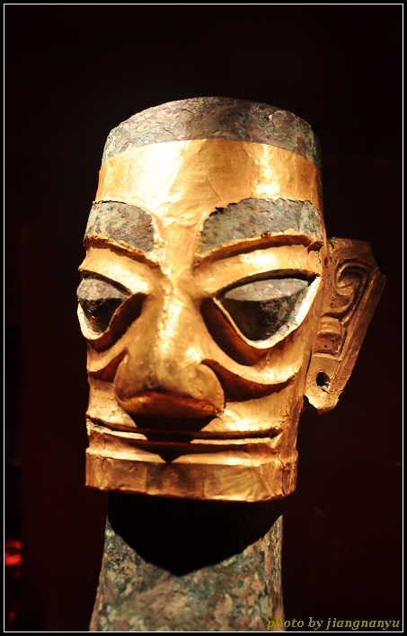 戴金面具的青铜人头像