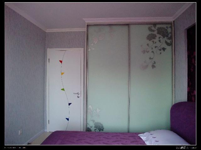 大衣柜到顶,门和正面一个效果,门侧面的墙为婚纱照留着,呵呵.