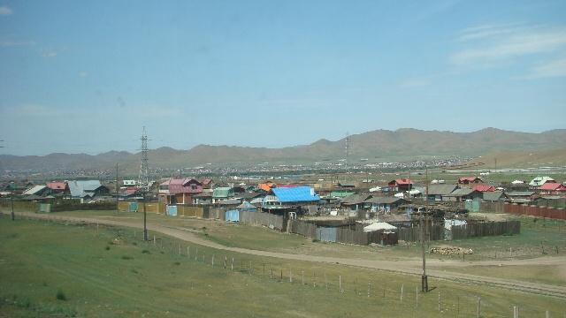 几名蒙古小孩向外国