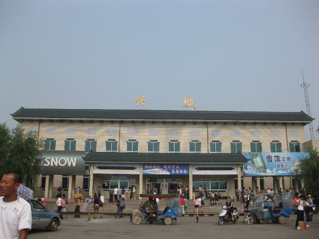 火车站对面是袁崇焕的雕像