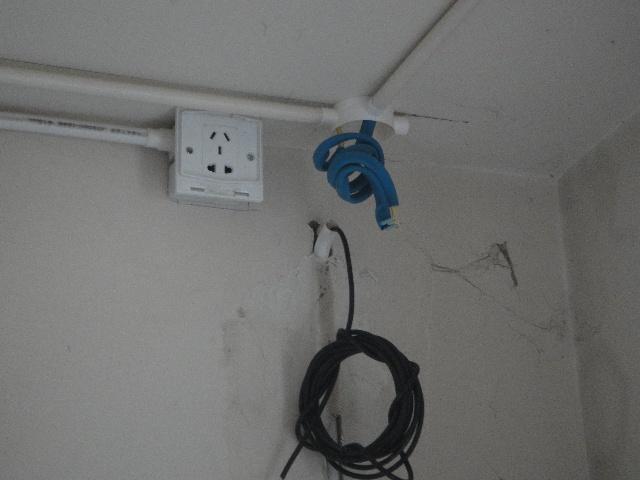 软管两端应用专用接头与接线盒