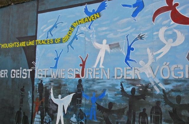 墙上的英文字的意思是:思想自由,如天空中飞翔的小鸟-阳光下的柏