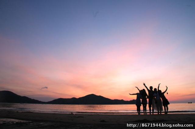 海边情侣看日出水彩画