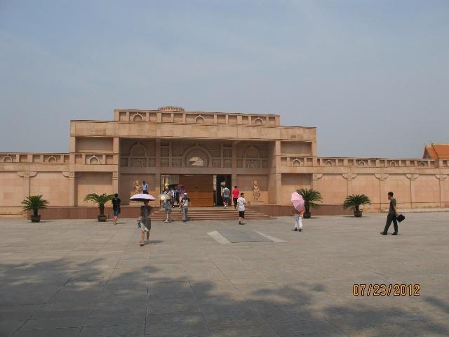 太阳出来,天气就热了.这印度寺庙还有齐云塔都留待天凉时再游玩吧.