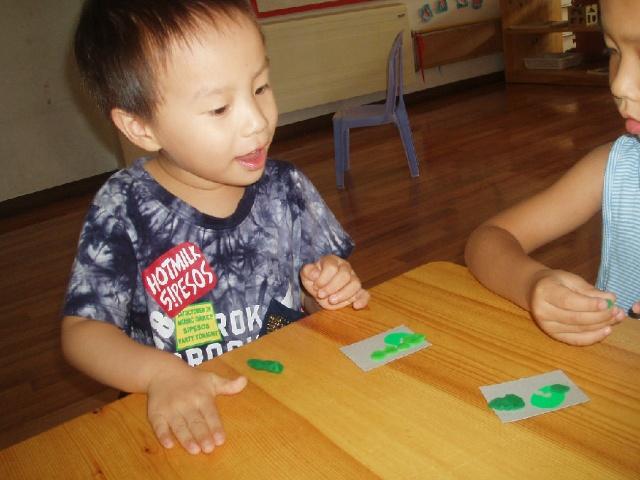 中秋节幼儿园组织做月饼