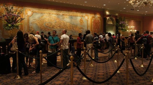 拉斯维加斯威尼斯人酒店前台等待办理入住登记的客人-美国行之四十
