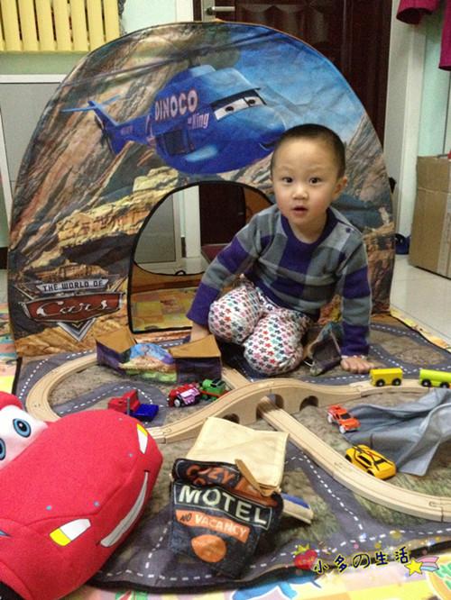 诞礼物小帐篷和轨道汽车高清图片