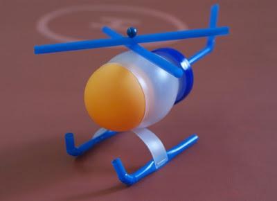 用饮料瓶 乒乓球和吸管废物利用手工制作的小直升机 高清图片